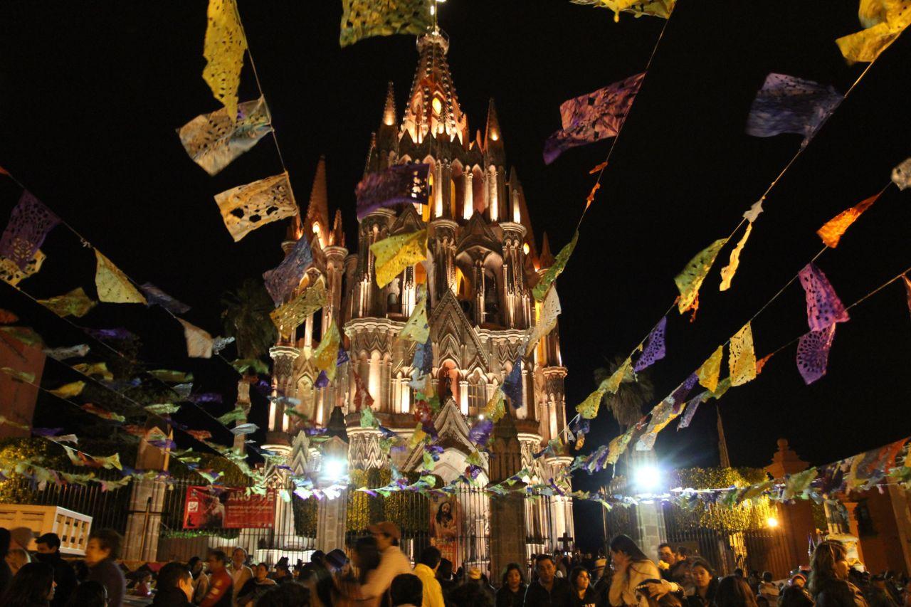 Vista de la catedral de San Miguel de Allende en Día de Muertos