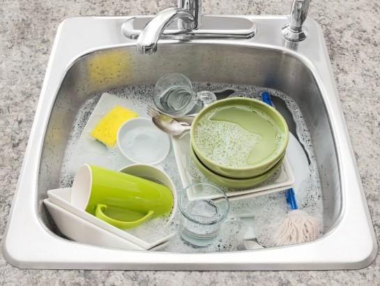 El mejor truco para lavar trastes cuando NO tienes jabón