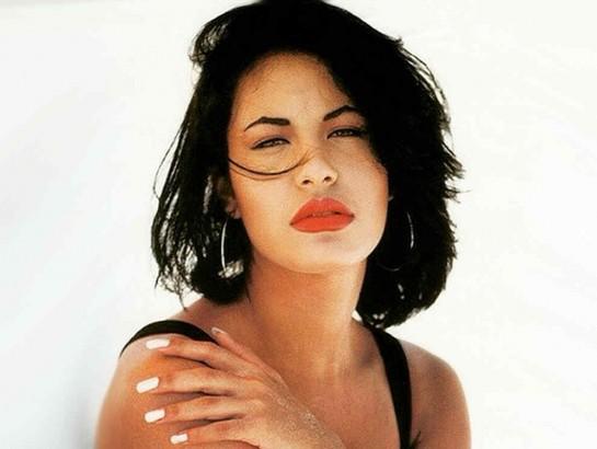 5 canciones de Selena que no pueden faltar en tu playlist