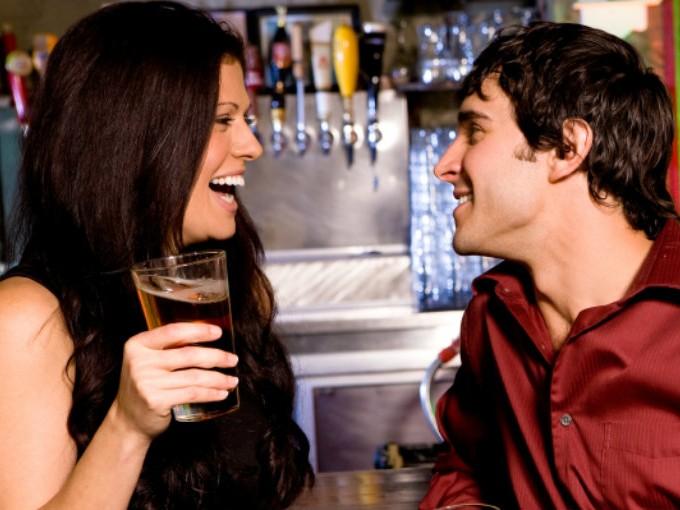 """5.Qué conozcas al bartender del restaurante, te ofrezca """"lo mismo de siempre"""" y te pregunte por la cita de ayer."""