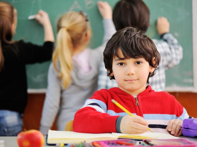 En la escuela: Antes de presumir  el festival de tu hijo, piénsalo dos vece;  el subir fotos de la escuela o con el nombre de esta, pone en riesgo a nuestros hijos; pues damos referencias de los lugares en que están.