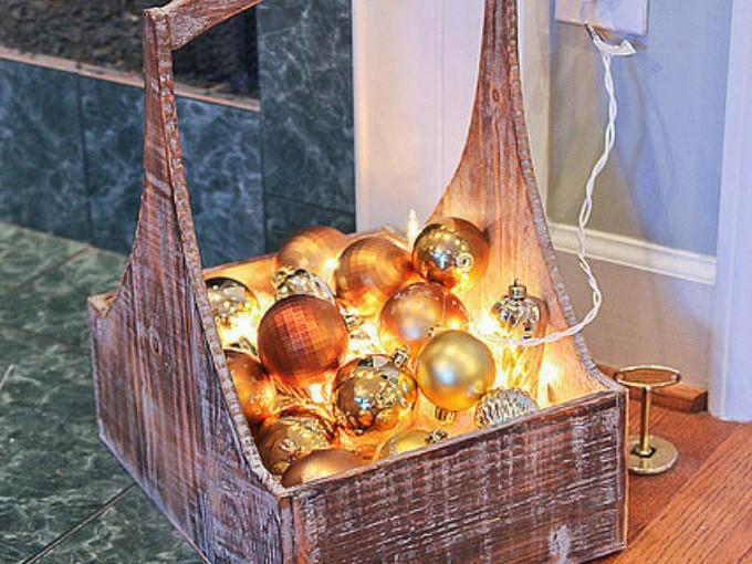 Canasta: ¿Fan de las esferas? En una canasta coloca esferas y tus luces de navidad, le darán una luz  increíble a tu espacio.