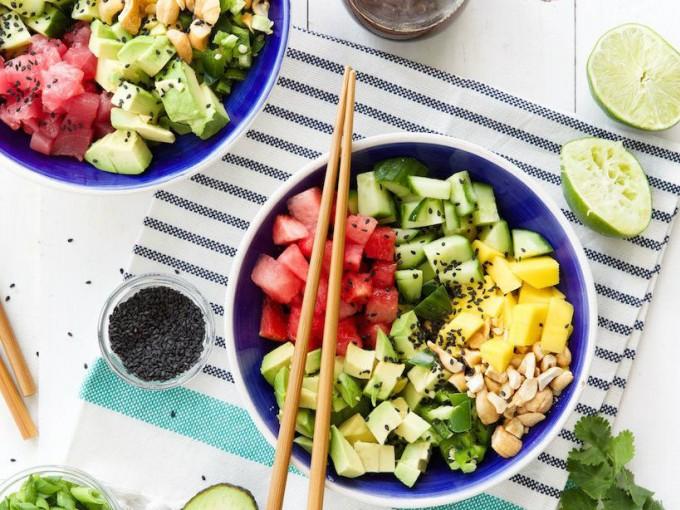 Poke bowl de aguacate y melón; una opción sana y dulce para balancear.