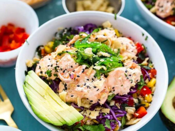 Poke bowl de camarón; si lo tuyo no es como tal el pescado crudo, esta es una buena opción.