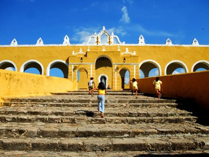 Izamal, Yucatán. La ciudad de oro se distingue porque todas, absolutamente todas sus calles están pintadas de amarillo, esto con motivo de la visita del Papa Juan Pablo II a la ciudad.