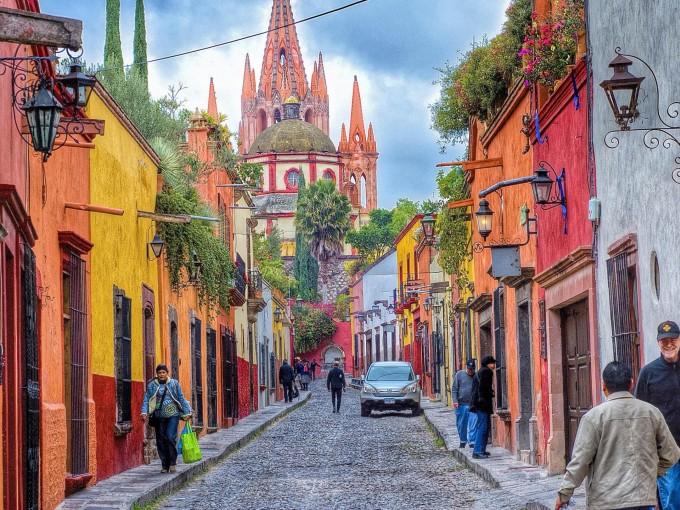 San Miguel de Allende, Guanajuato. La ciudad se pinta de un rosa tenue por sus edificios al atardecer, algo que puedes observar desde su mirador.