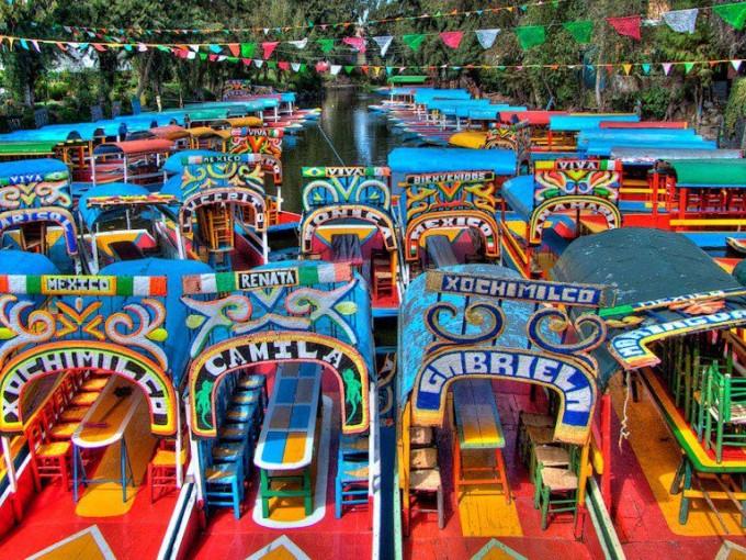 Xochimilco, Ciudad de México. Mariachi, tequila y familia son solo algunas de las cosas que puedes disfrutar mientras navegas en un trajinera.