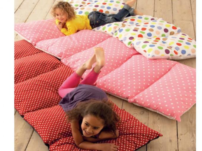 Colchoneta con almohadas