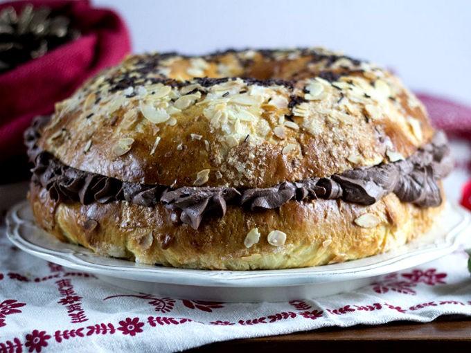 Rosca rellena de crema pastelera de chocolate: Mezcla 200 gramos de crema pastelera con 2 cucharadas de cocoa en polvo. Corta la rosca por la mitad y coloca la mezcla por en medio.