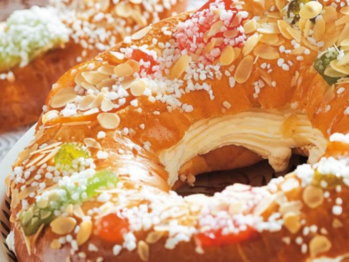 Rosca rellena de nata: Bate con la batidora, la 500 mililitros de nata y cuando empiece a tomar cuerpo, añade  2 sobres de estabilizante para nata y luego 125 gramos de azúcar. Cuando la nata haga picos y los bordes estén ligeramente amarillos es que está preparada. Corta la rosca por la mitad y coloca la mezcla por en medio.