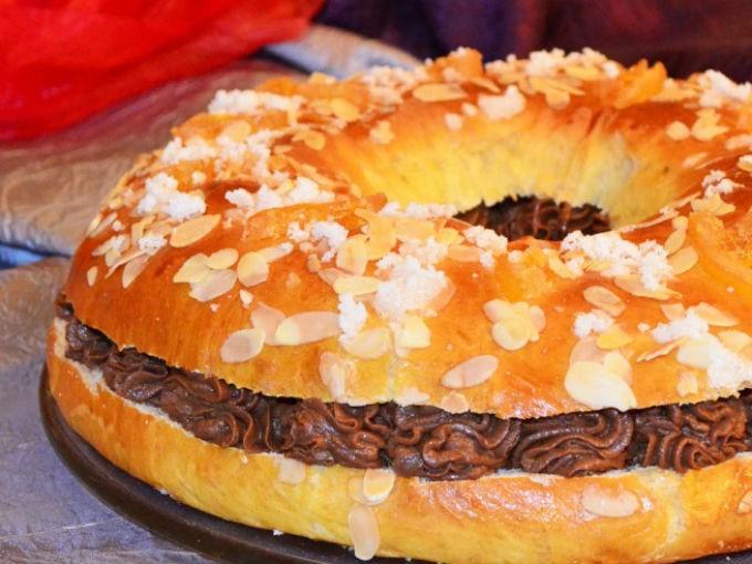 Rosca rellena de nutella: Vacía un poco de nutella a una dulla pastelera. Corta la rosca por la mitad y coloca la nutella por en medio.