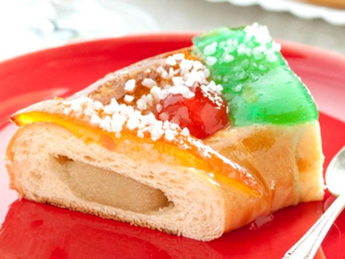 Rosca rellena de ate: Antes de colocar la rosca sobre una bandeja para hornear, pon trozos del ate de tu sabor favorito y cierra la masa para adornarla. Hornea y disfruta del exquisito sabor.