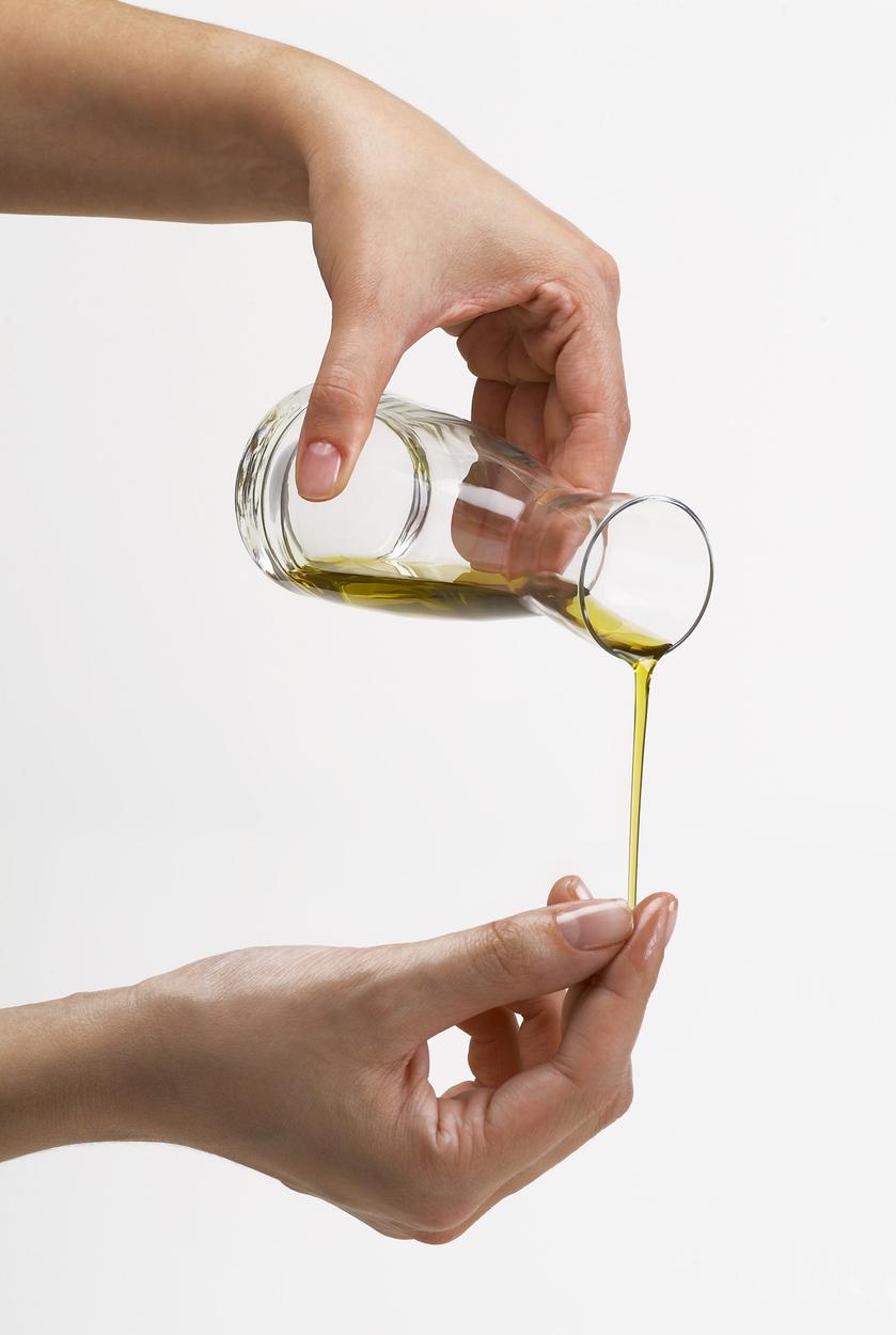 Aceite de oliva para hidratar y limpiar las uñas