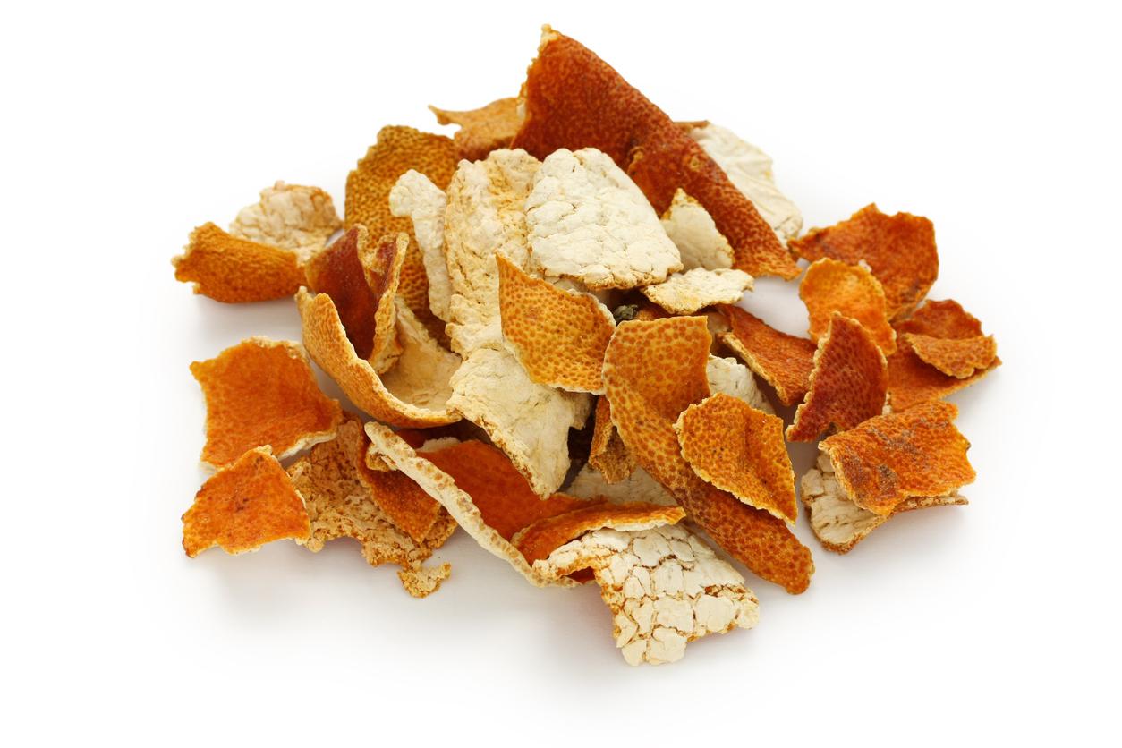 Deja secar la cáscara de mandarina