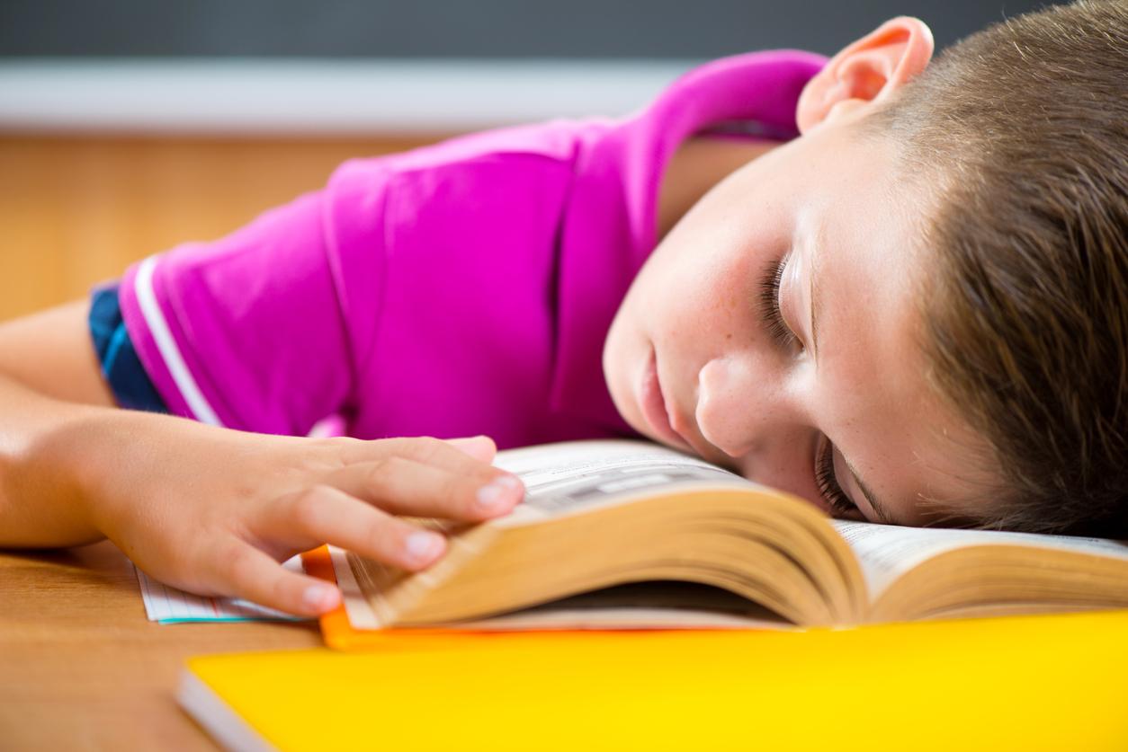 Dormido en la banca de la escuela