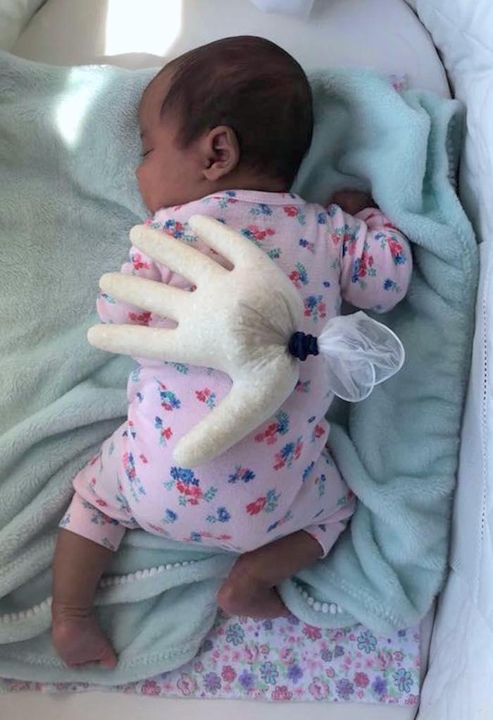 Truco para dormir a tu bebé con un guante