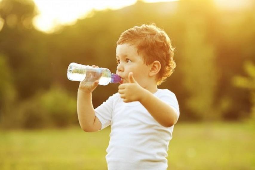 Resultado de imagen para persona tomando agua