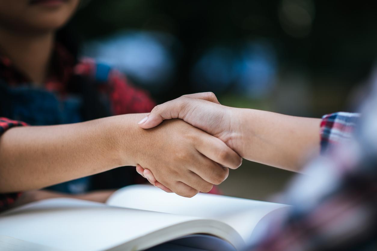 Evita el contacto corporal con personas infectadas / Foto: iStock