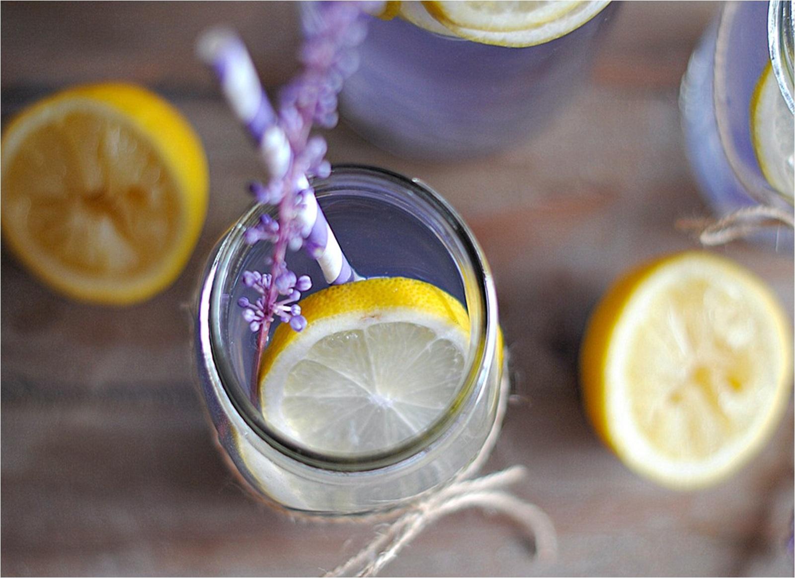 vaso de limonada de lavanda