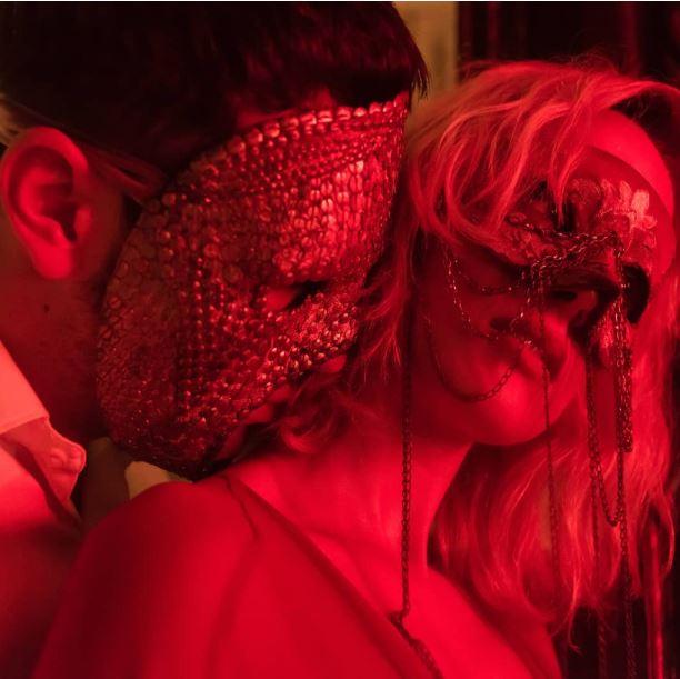Mario Casas e Ingrid García-Jonsson. Esta es una de las primeras imágenes de la serie.