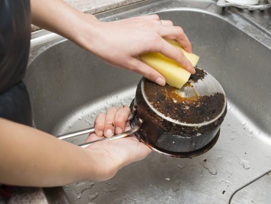 Cómo eliminar fácilmente la grasa vieja y pegada de las ollas
