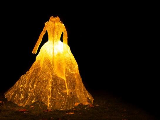 Y cuando consiguió el divorcio… ¡Hizo explotar su vestido de novia!