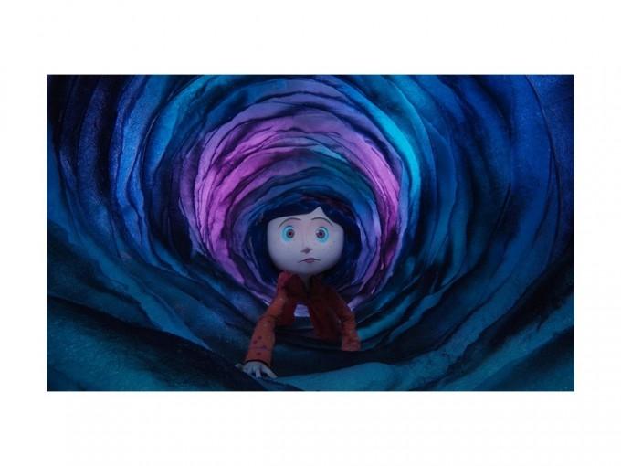 Coraline y la puerta secreta. La joven y curiosa Coraline abre una puerta del hogar familiar y es transportada a un universo extrañamente similar al suyo, sólo que mejor. Foto: Imdb