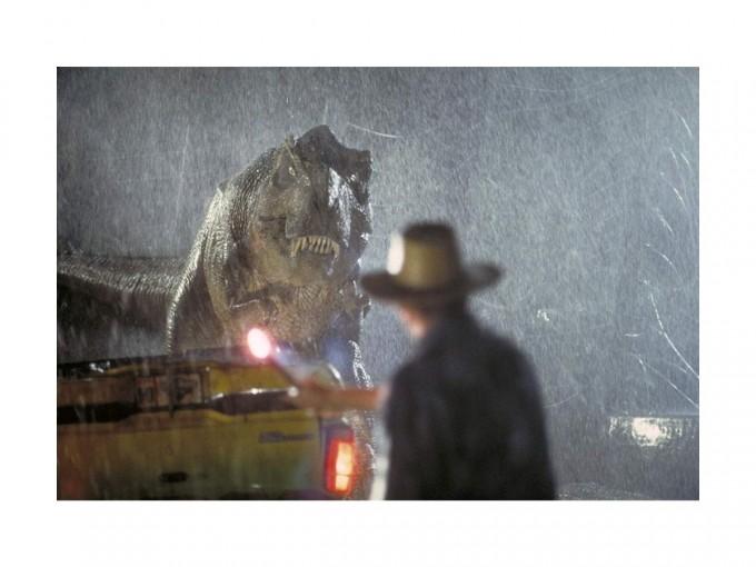 Parque Jurásico. Un multimillonario abre un parque temático de dinosaurios que asombrará al mundo, pero la seguridad se le va de las manos… y las enormes criaturas del pasado escapan.