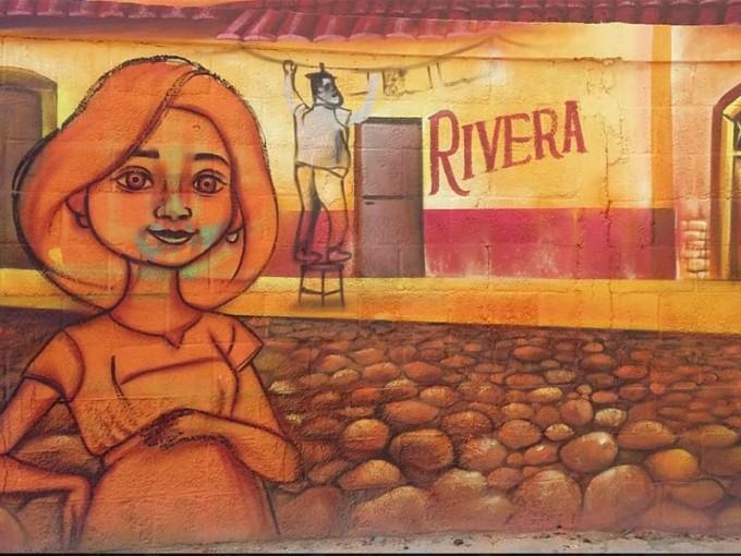 """""""Miguel"""", """"Héctor"""", """"Dante"""", """"Imelda"""", """"Ernesto de la Cruz"""" y """"Mamá Coco"""", entre otros, van adquiriendo forma en las paredes del llamado Panteón de los Pobres – Foto: Luis Negrete"""