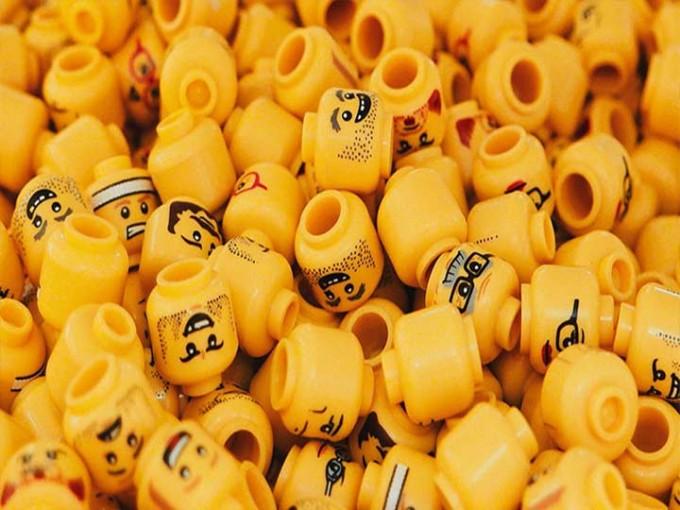 Médicos se tragan piezas de Lego para tranquilizar a padres