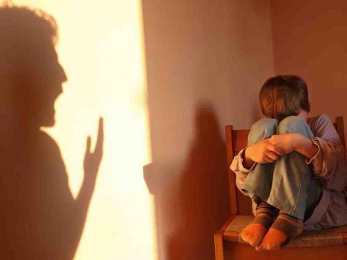 Condenan a dos meses de cárcel a mujer que cacheteó a su hijo