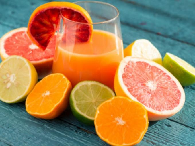 9. Cítricos. Todas las frutas ricas en vitamina C promueven el crecimiento del cabello y ayudan a que se mantenga saludable, gracias a que ayudan a la producción de colágeno, compuesto esencial para que cada pelo esté fuerte e hidratado.  Puedes consumir tu favorita diariamente. Cortesía: Gettyimages