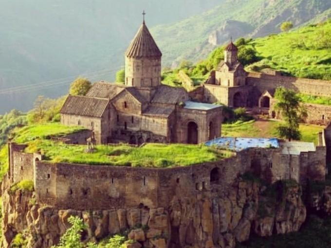 Armenia es una joya escondida que aún no ha sido afectada por el turismo de masas con mucho que ofrecer: historia, paisajes increíbles, monasterios antiguos y montañas impresionantes.