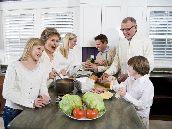 Prepara tus comidas en casa. Evita comer en establecimientos donde el tamaño del plato es más grande que el de tu hogar.