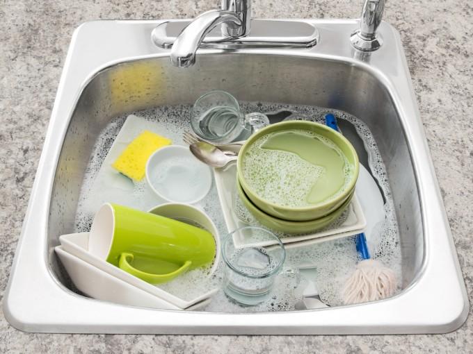 Este es el truco para lavar los trastes cuando se te acabó el jabón