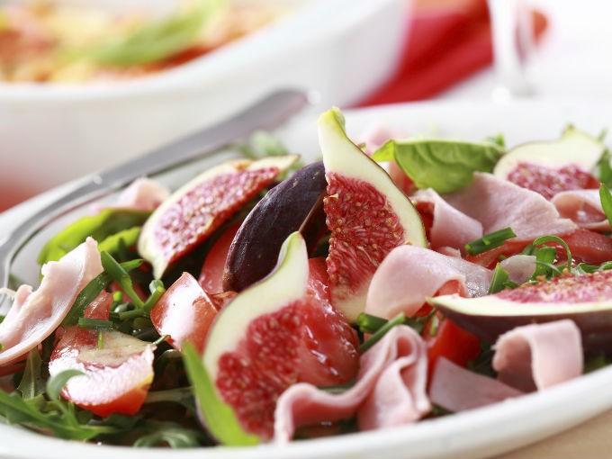 Despídete de los aderezos, las ensaladas no funcionan si tienen trocitos de tortillas, aderezo ranch o mayonesa. Usa limón.