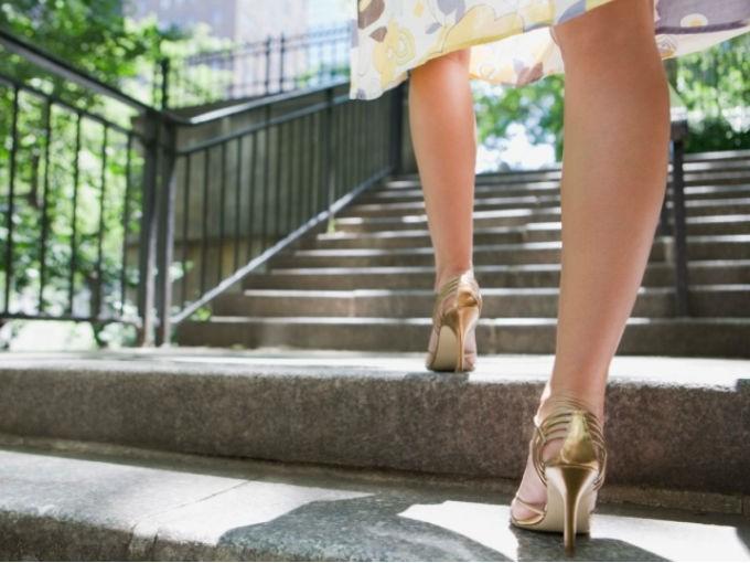 Toma las escaleras y evita los elevadores. Por cada 30 min que lo hagas perderás en promedio 300 calorías.