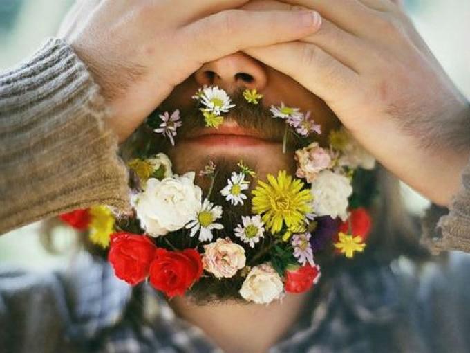 7. En Tumblr, recientemente, hubo una moda de colocarse flores en la barba. Y, ¿saben qué? No fue exactamente tan loco como se escucha.