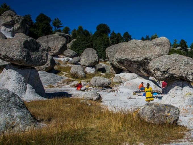 Valle de Bocoyna. Si te encantan los pitufos, aquí te sentirás como en la caricatura. Este valle ubicado en la Sierra Tarahumara, alberga rocas que fueron erosionadas a modo de hongos  y llevan ahí más de veinte millones de años. (Foto:Ted McGRath).