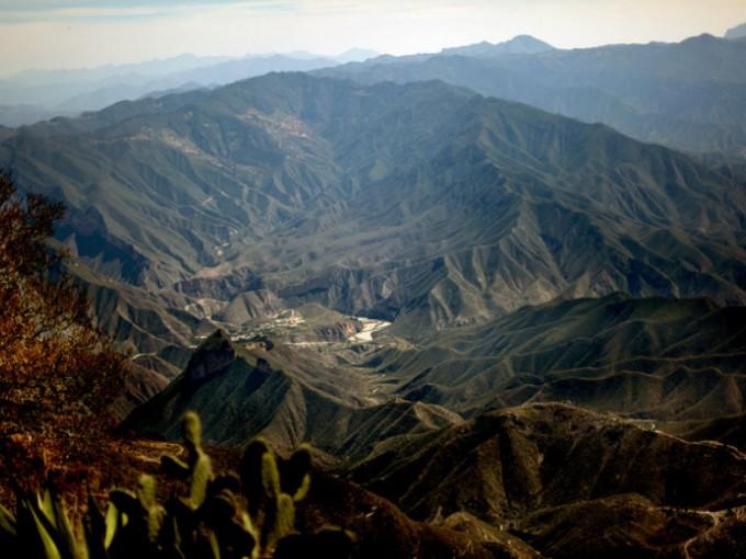 Cuatro palos, Querétaro. Este es un must para los que son unos románticos de la naturaleza, ya que desde este mirador podrás  disfrutar del increíble amanecer que  pinta el cielo de rojo y  que sólo puedes apreciar acampando en la cima del cerro. Ojo, no hay hoteles, así que prepárate