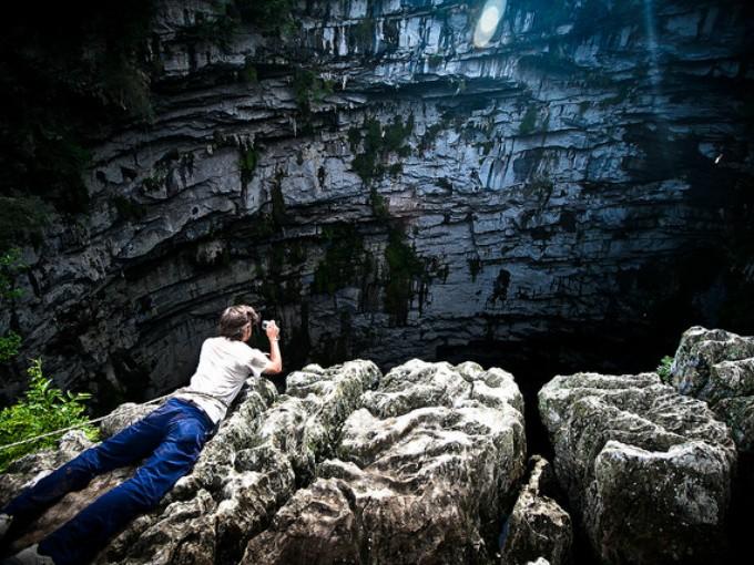 Sótano de las golondrinas. Tal como lo dice su nombre, esta cueva vertical  es hogar de varias aves, que cuando salen al amanecer te ofrecen una vista inolvidable. (Foto: Edgar García).