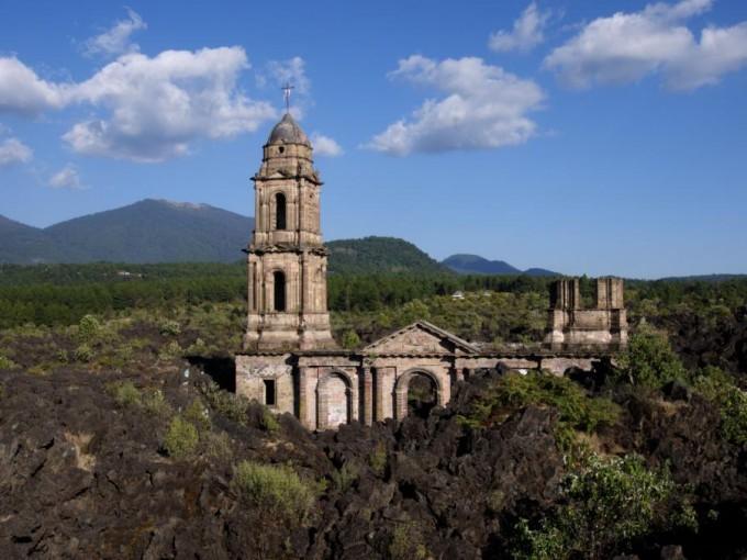 Paricutín. Este lugar se alcanza a ver una iglesia que fue, literalmente, sepultada por el volcán del Paricutín, que se mantuvo activo durante nueve años. ( Foto: Taringa).