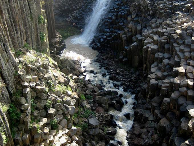 Prismas Basálticos, Hidalgo. La naturaleza me sorprende cuando veo este tipo de rarezas. Esta cascada con el paso de los años ha  hecho que las rocas se desgasten tomando formas de prismas que recuerdan a blocks de legos, jajaja. (Foto:Angélica portales).