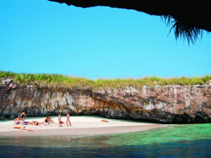 Islas Marieta, Nayarit. Nunca me imaginé que pudiera existir una playa oculta como ésta  lo es.  Para poder disfrutar de estas playas deberás cruzar nadando y atravesar un túnel que te transportará a un destino mágico. (Foto:visitmexico.com).