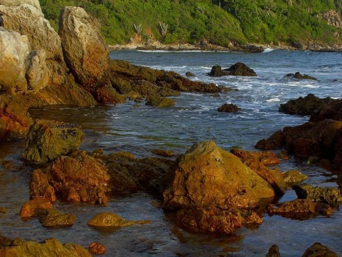 roncones, Guerrero. Si estás aburrida de Acapulco te presento Troncones. Esta playa es tu opción si buscas un lugar cerca del D.F. para descansar. Aunque es un pueblo de pescadores también puedes practicar surf y yoga. La mejor temporada es ir en otoño y verano.foto: Best Day.