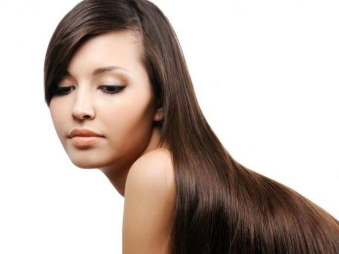 Belleza. Su alto contenido de vitamina B y azúcares ayudan a dar brillo al cabello; sólo tienes que dejar tu cabello reposar en un recipiente con cerveza por 5 minutos y luego enjuagar con agua fría. También puedes hacerte una mascarilla suavizante si combinas un poco de cerveza con miel y la colocas en tu rostro por un par de minutos y enjuagas con agua fría. Foto: Especial