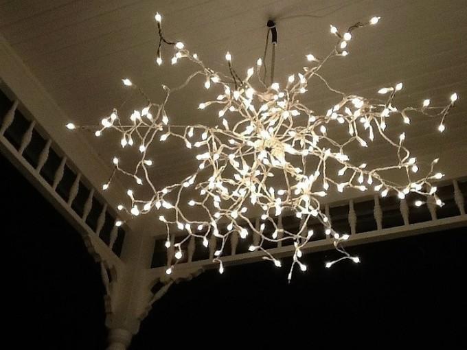 Lámpara: Ya sea en un espacio exterior o interior, iluminará el lugar pero sin ser tan molesta la luz como si se originara de un solo foco.