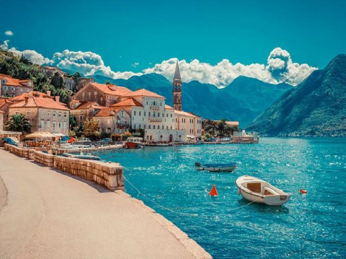 Montenegro, Europa. Ubicado en la península Balcánica, Montenegro es un destino de luna de miel  que te invita a perderte en su arena blanca y sus aguas azules.