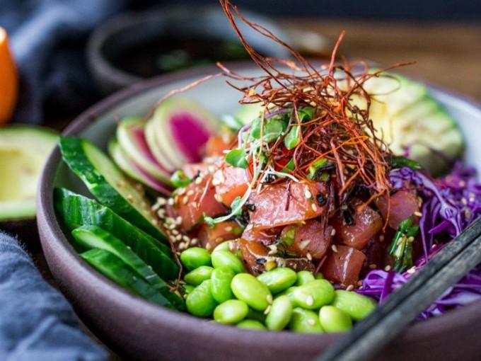 Poke bowls, la tendencia hawaiana que debes probar ya