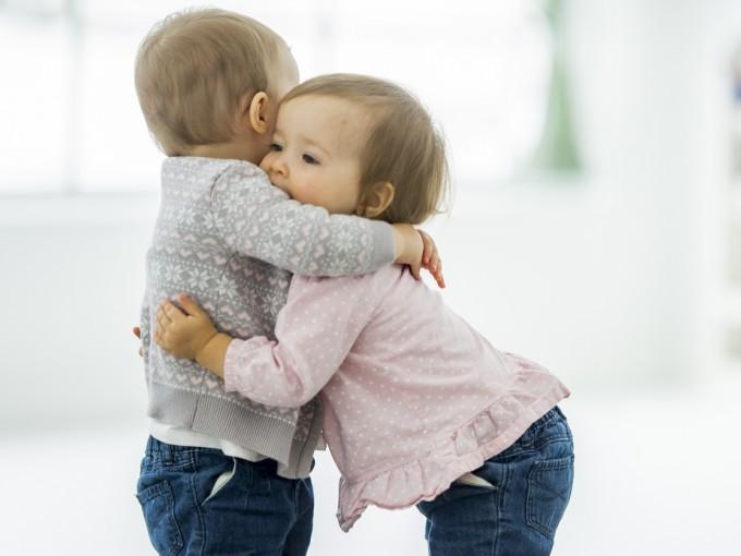 Sentir la piel de su madre o su padre optimiza su desarrollo cognitivo, social e incluso físico.